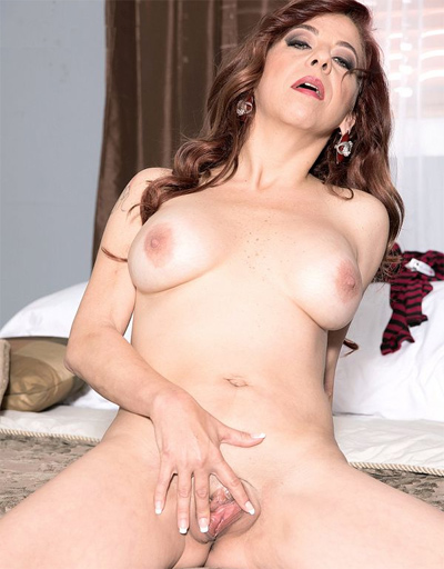 First Nudes For MILF Jacquie James